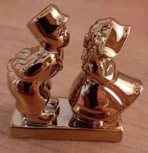 Kussend paar in goud
